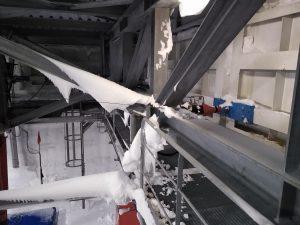 Seitenschürzen, mit denen sich die Station gegen die Eiswände spreizt
