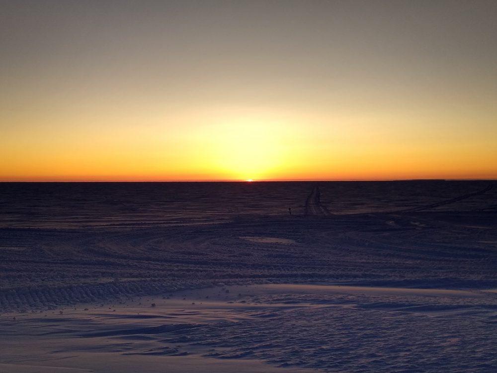 Sonne als Luftspiegelung in der Polarnacht