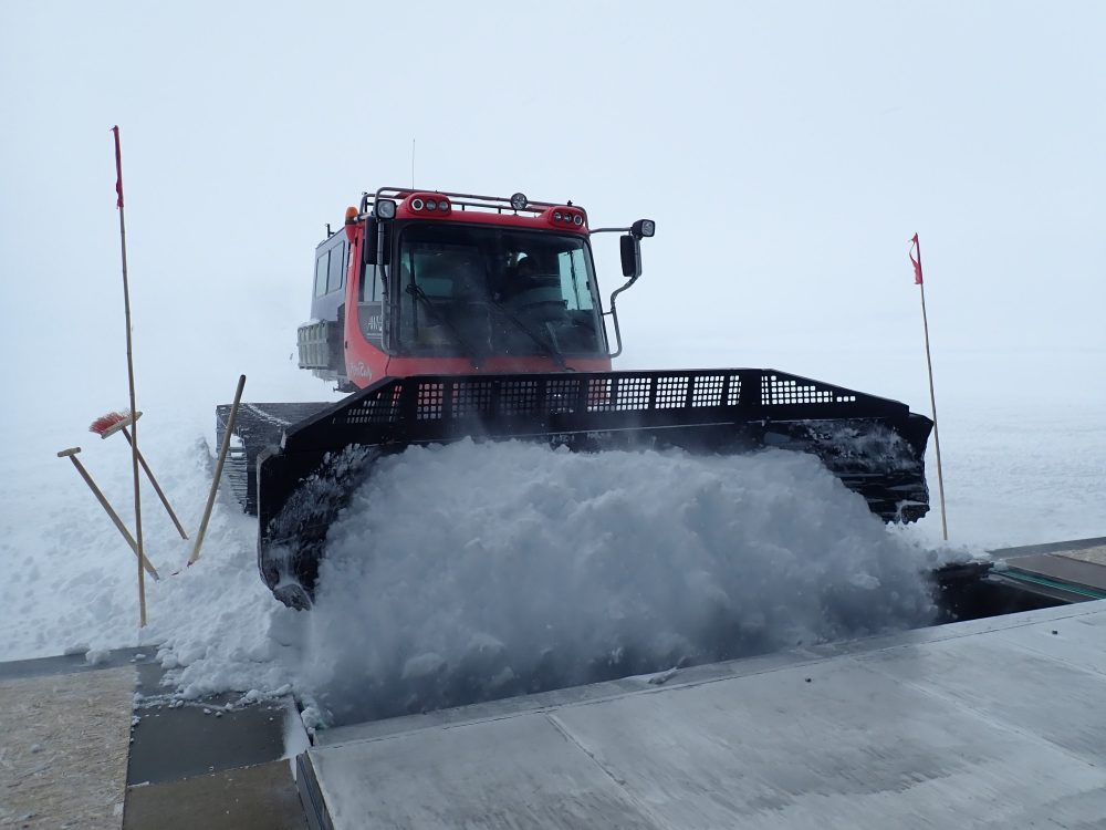 Pistenbully mit Schnee