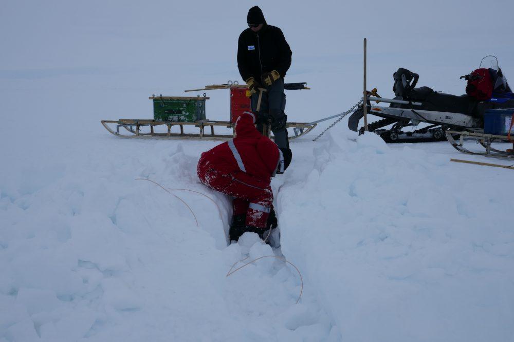 Ausbuddeln eines Kabels in der Antarktis.