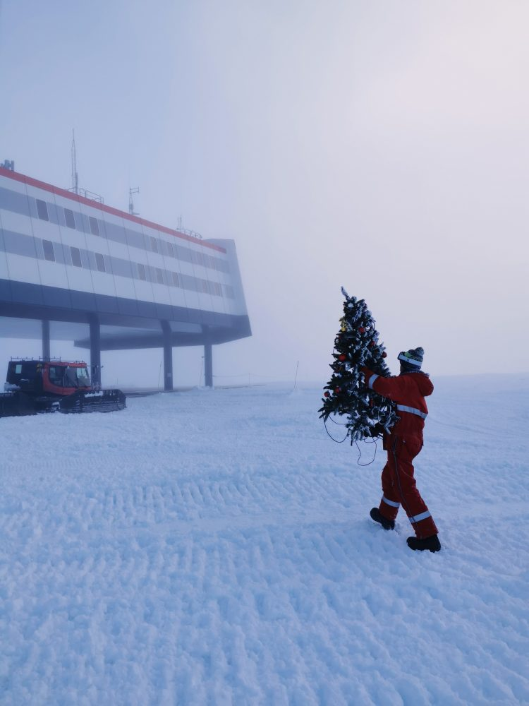 Weihnachtsbaum vor der Neumayer-Station.