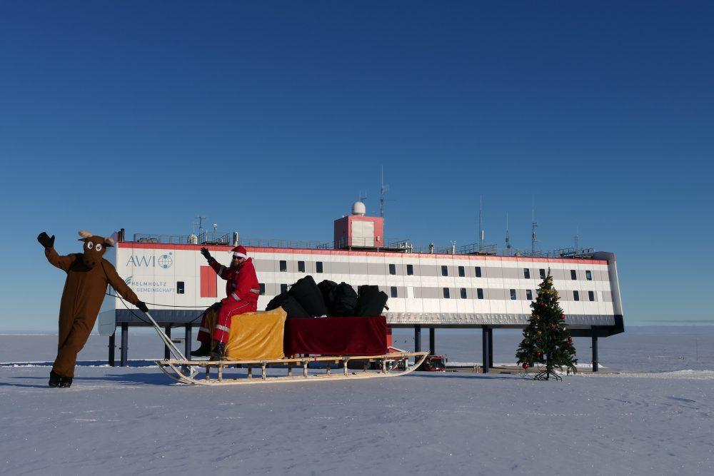 Weihnachtsmann vor der Neumayer-Station.