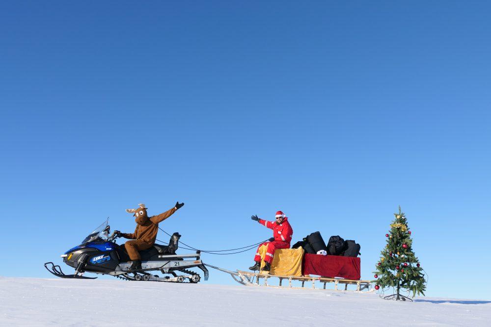Weihnachtsmann auf Schlitten im Schnee