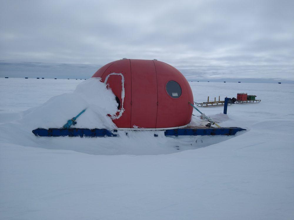 Zugedriftete Kabause im Winterlager