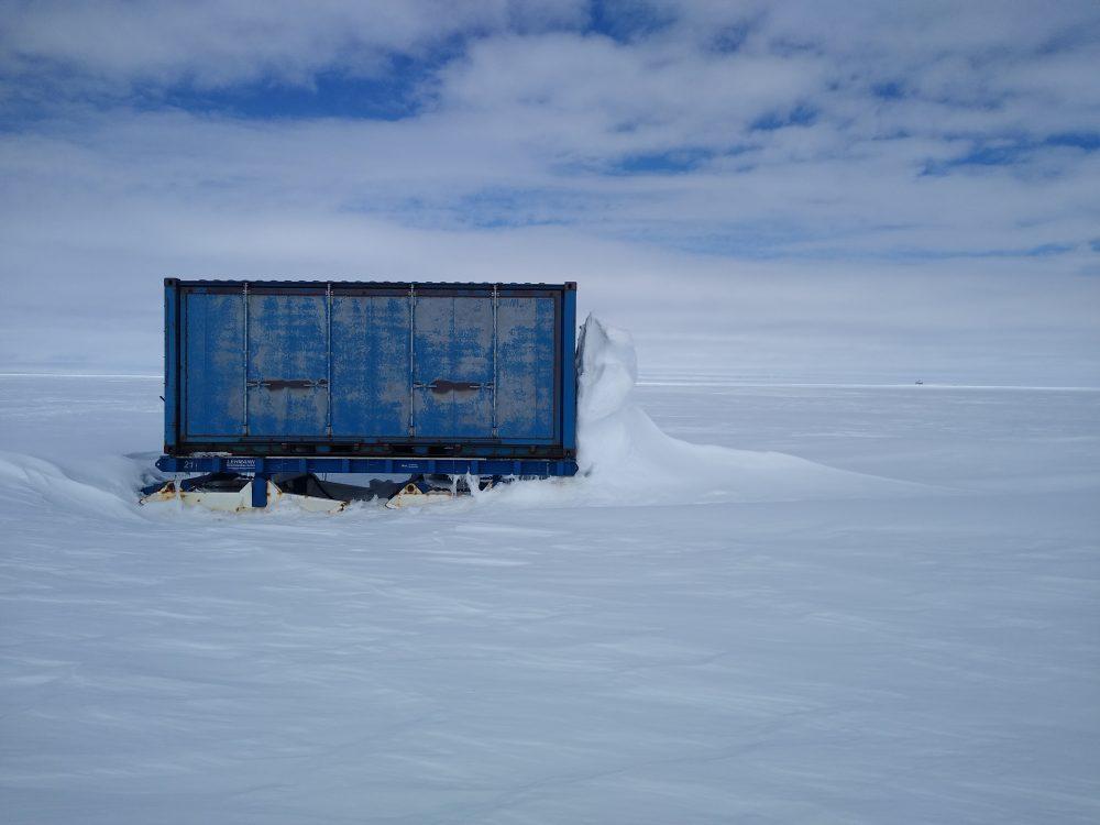 Zugedrifteter Container im Winterlager