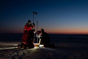 Eine Eismassenbilanzboje wird auf dem Meereis installiert... (Foto: Markus Baden)