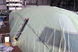 SOFIA ist mit einer Bird-Poo-Protection-Plane bedeckt. Bild: DLR, CC-BY 3.0