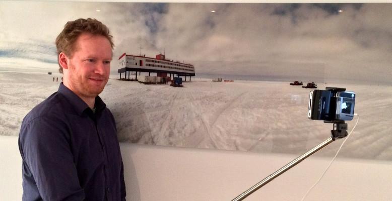 ScienceSelfie: Ein Selbstporträt vor einem wissenschaftlichen Hintergrund - hier der Antarktis-Station Neumayer III (leider nicht im Original). Bild: Helmholtz, CC-BY 4.0