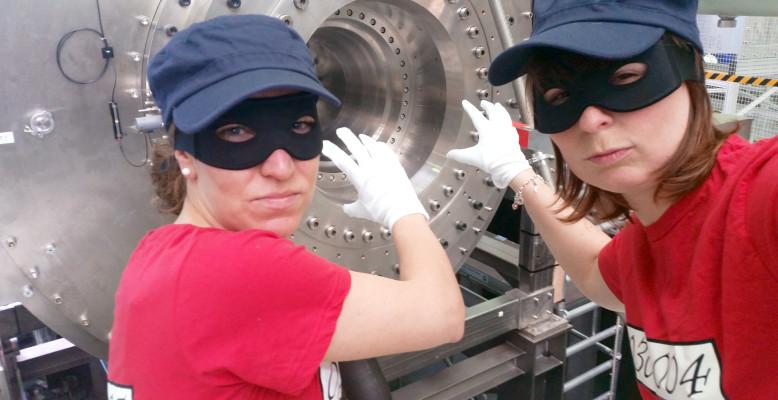 """ScienceSelfie von Stefanie Kodalle und Jennifer Bierbaum: """"Panzerknacker 2.0 - Wir knacken die 26 Tesla!"""" Bild: HZB"""