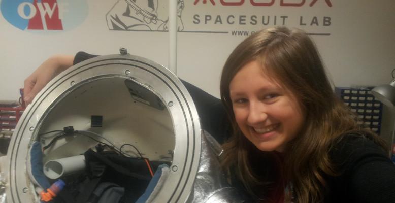 ScienceSelfie von Lola Fürst mit dem Aouda-Raumanzugsimulator für bemannte Marsmissionen des Österreichischen Weltraum Forums in Innsbruck. Bild: Lola Fürst, CC-BY 4.0