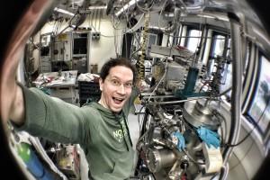ScienceSelfie von Nicolas Wöhrl: Labor für Dünnschichttechnologie. Im Vordergrund Plasmareaktor zur Abscheidung nanokristalliner Diamantschichten. Bild: Nicolas Wöhrl