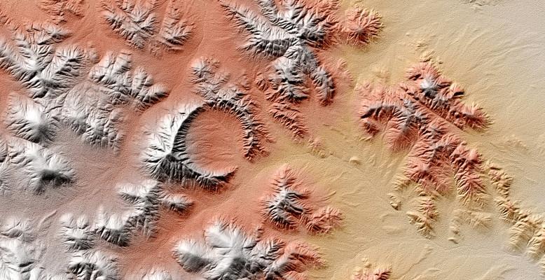 Shunak-Krater in Kasachstan. Totally unrelated, aber schön. Bild: DLR (TanDEM-X).