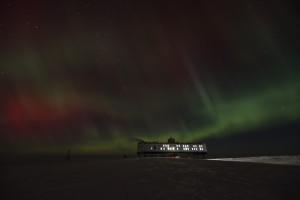 Polarlichter über der Neumayer-Station III in der Antarktis am 22. Juni 2015. Bild: Andreas Leonhardt