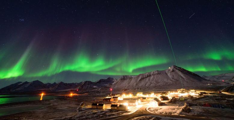 Polarlichter über Spitzbergen und ein Laser. Bild: René Bürgi/AWI