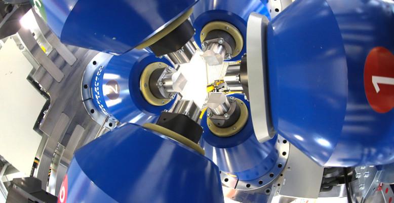 Eine neue Presse an DESYs Röntgenquelle PETRA III kann das Innere von Planeten simulieren und neue Materialien synthetisieren. Die sechs Stempel der Presse können bis zum 300.000-fachen Atmosphärendruck erzeugen. Bild: DESY/Dirk Nölle
