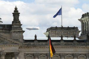 """Forschungszeppelin der Expedition """"Uhrwerk Ozean"""" über dem Berliner Reichstag. Bild: Astrid Blank"""
