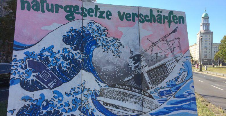 """""""Naturgesetze verschärfen"""": In Berlin ist Wahlkampf. Da kommt scheinbar auch die Naturwissenschaft nicht drum herum. Foto: Helmholtz, CC-BY 4.0"""
