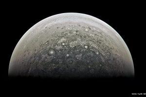 """Diese Aufnahme der kürzlich ans Ziel gelangten Raumsonde """"Juno"""" zeigt des Südpol des Planeten Jupiter, den sie in den kommenden Jahren untersuchen soll. Bild: NASA/Roman Tkachenko"""