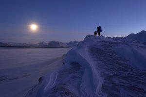 """AWI-Forscher wandern auf Spitzberger bei Mondlicht zu einer Forschungshütte. Mehr beeindruckende Artktis-Fotos gibt es im """"79 Grad Nord""""-Blog. Bild: René Bürgi/AWI"""