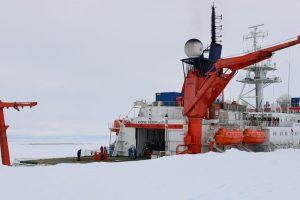 Die Polarstern mit einer dringend erwarteten Schokoladenlieferung. Foto: AWI/Linda Duncker