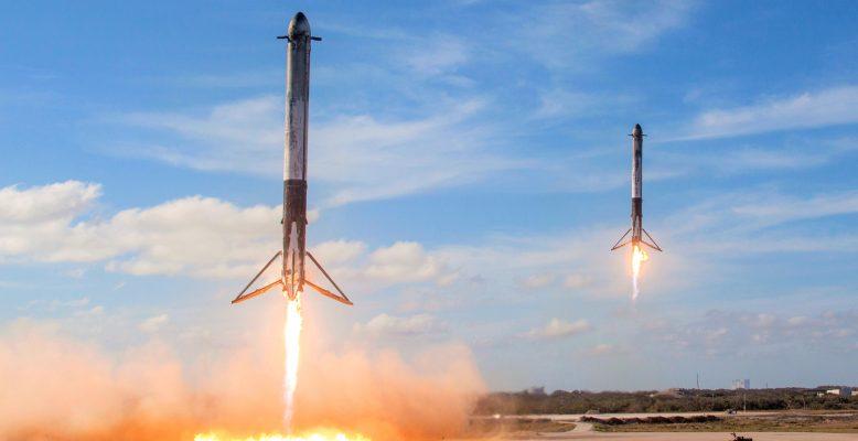 Landung der Seitenbooster der Falcon Heavy am 6. Februar 2018. Bild: SpaceX, Public Domain.