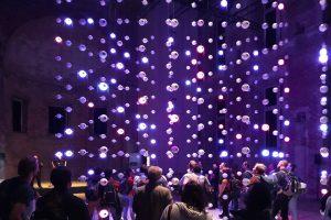 Die Licht-Klang-Installation [aiskju:b] von Tim Otto Roth in der Kulturkirche St. Elisabeth in Berlin. Bild: DESY.