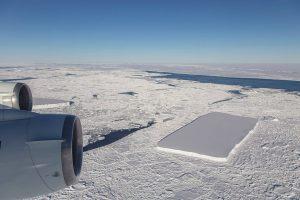 """Ein Flug der NASA-Mission """"IceBridge"""" fand am 16. Oktober 2018 nördlich der antarktischen Halbinsel einen nahezu rechteckigen Eisberg. Bild: NASA/Jeremy Harbeck (public domain)."""