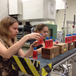 Juli (l.) und Eva (r.) stellen ihre Proben mit Hautzellen in Cave M auf. Bild: GSI