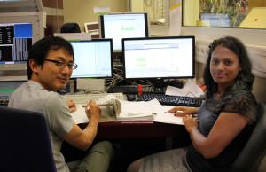 Gita (r.) am Arbeitsplatz. Ong Hooi Jin (l.) aus Malaysia ist der Schichtleiter. Bild: GSI