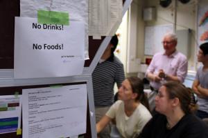 Essen ist nur im Nebenraum erlaubt. Bild: GSI