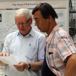 Isao Tanihata (r.) spricht mit seinem Kollegen Hans Geissel (l.). Bild: GSI