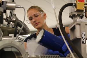 Generalprobe: Mit flüssigem Stickstoff kühlt Katharina ihr Messgerät. Bild: GSI