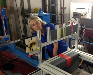 Christina Trautmann prüft, ob die Proben richtig sitzen. Bild: GSI