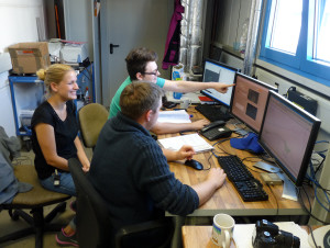 Pascal (h.), Katharina (m.) und Patrick (v.) in der Schicht. Bild: GSI