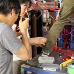 Vorsichtig nimmt Kenta das Aerogel aus der Box mit Blasenfolien. Bild: GSI