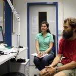 Im Kontrollraum beobachten sie die Zellen. Bild: GSI