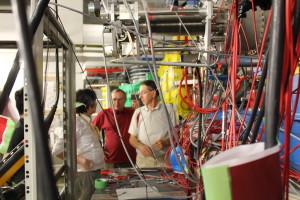 Durchblick bewahren. Die slowenischen Wissenschaftler bauen ihre Messinstrumente aus. Bild: GSI