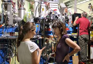 Mariana Nanova (r.) ist gespannt auf das Experiment. Bild: GSI