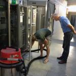 Korbinian (l.) muss mit dem Staubsauger ran. Der Wärmetauscher ist verstopft. Jürgen Friese (r.) prüft,  ob die Temperatur sinkt. Bild: GSI