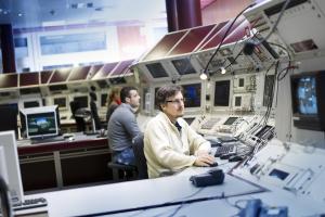 Beschleuniger-Operateure bei der Arbeit im Hauptkontrollraum. Bild: J. Hosan/HA Hessen Agentur