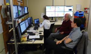 Stabiler Betrieb, Jan Michel (v.) überwacht die Monitore. Bild: GSI