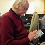 Wolgang Koenig verfolgt alle vorgänge mit seinem Smartphone. Bild: GSI