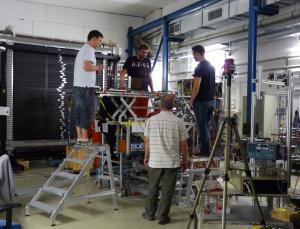 Jochen Schwiening (v.) und sein Team beim Aufbau des Setups. Bild: GSI