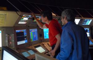 Jens (in Rot) wählt eine Maschine für den Ringeschleuniger aus. Bild: GSI