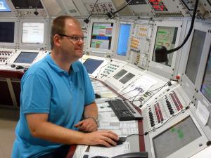 Achim Bloch-Späth leitet die Schicht. Bild: GSI