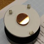 Ein geläpptes und poliertes Kupfertarget mit Markierungspunkten. Bild: GSI