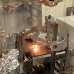 Blick in die Elektronenstrahlkanone, mit der dünne Targets hergestellt werden. Bild: GSI