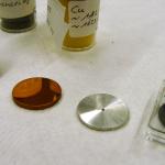 Ganz unterschiedliche Targets befinden sich in den 75 Positionen der Targetleiter. Zum Beispiel Tantal (v. l.), Kupfer, Aluminium und Blei. Bild: GSI