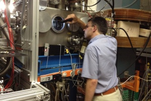Michael Block am Laserspektroskopie-Experiment. Bild: GSI