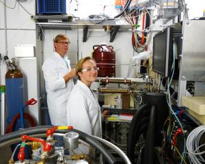 Petter Omtvedt (links) und Lotte Lens (rechts) achten darauf, dass der flüssige Stickstoff regelmäßig aufgefüllt wird. Foto: GSI